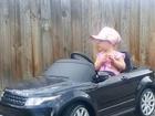 2岁女童穿衣时髦走红网络