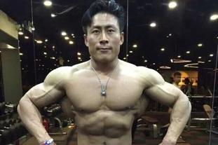 健美男神饱满肌肉