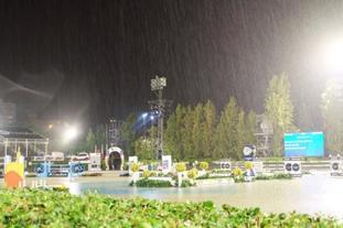 突降暴雨马术赛场成泳池