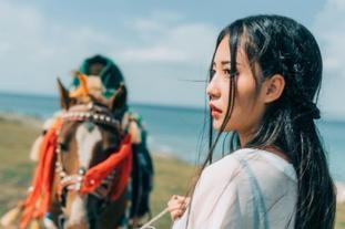 性感少女青海湖骑马扮相古典