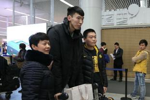 新疆男篮机场引球迷追捧