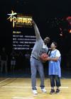 图文-科比在京举办退役特别活动 科比指导球迷投篮