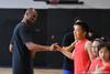 图文-科比上海训练营亲传曼巴精神 击掌