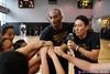 图文-科比上海训练营亲传曼巴精神 与小球员加油