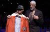 图文-76人为答案举办名人堂之夜 艾弗森获赠夹克