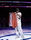 图文-76人为答案举办名人堂之夜 艾弗森展示夹克