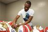 图文-NBA全明星训练 球星在篮球上签名