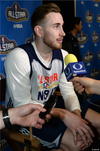 图文-NBA全明星训练 海沃德接受采访