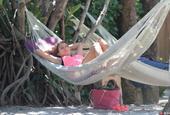 胡梅尔斯娇妻清凉装扮海滩玩吊床