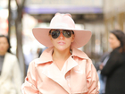 Lady Gaga粉色风衣现身秀美腿