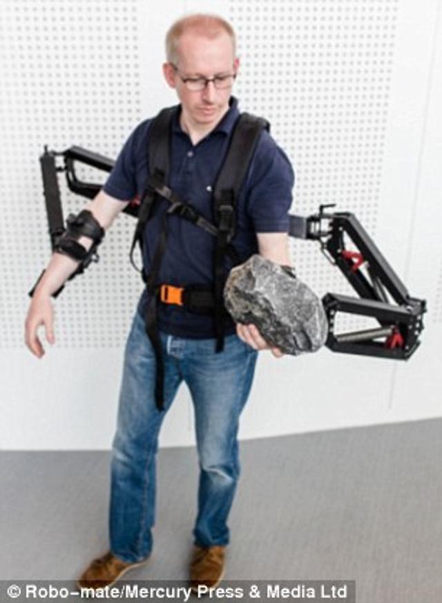 这种可穿戴的外骨骼系统可为体力劳动者提供手臂,腿和背部的金属机械图片