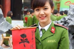 越南女兵用中文写春联