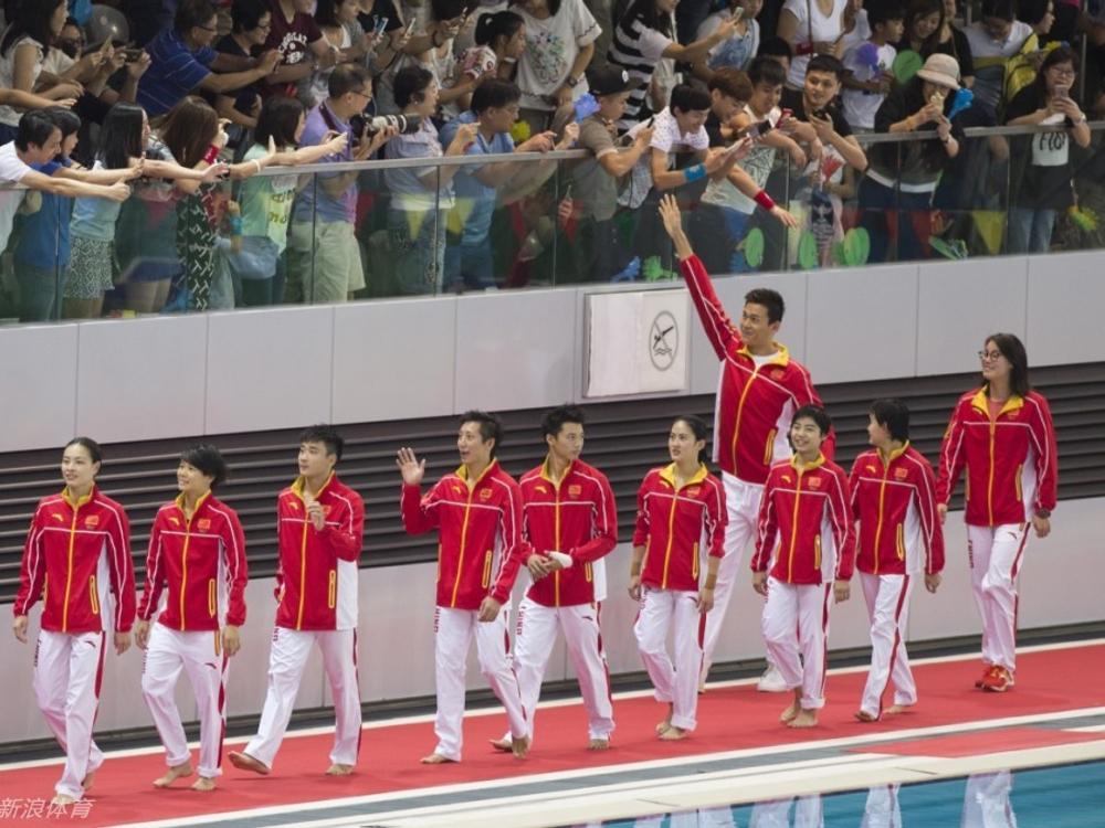 跳水游泳队员与香港市民互动