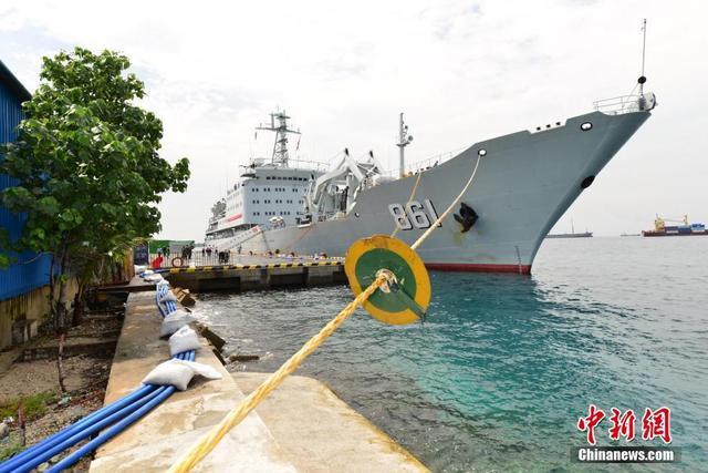 中国军舰向马尔代夫供水