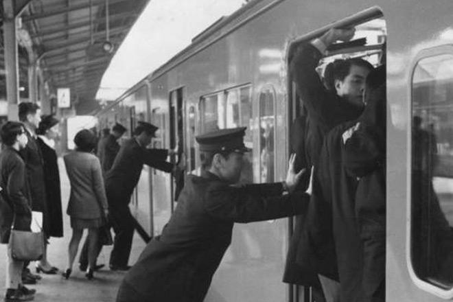 震撼旧照:上世纪东京地铁拥挤惨状