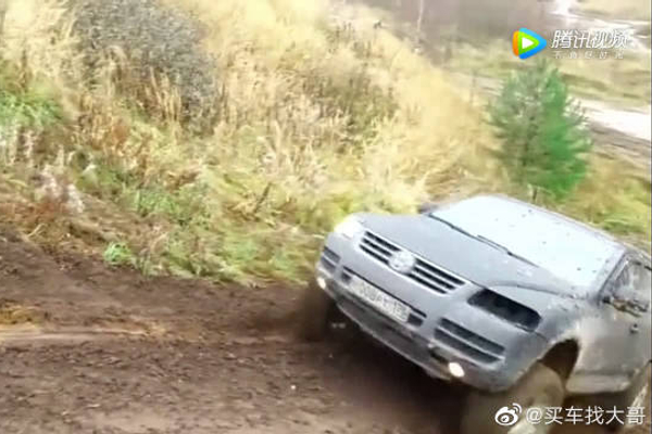 视频:大众途锐 、雷克萨斯470,挑战湿滑泥坡,停下车都往下滑