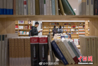 厉害了!毕业生众筹200万元,地下车库变身24小时书店