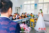 乡村教师在村小学拍婚纱照 网友:这是我看过最美的婚纱照