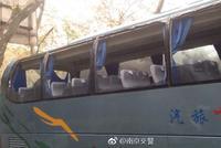 大客车拐弯时撞到树致一名乘客受伤