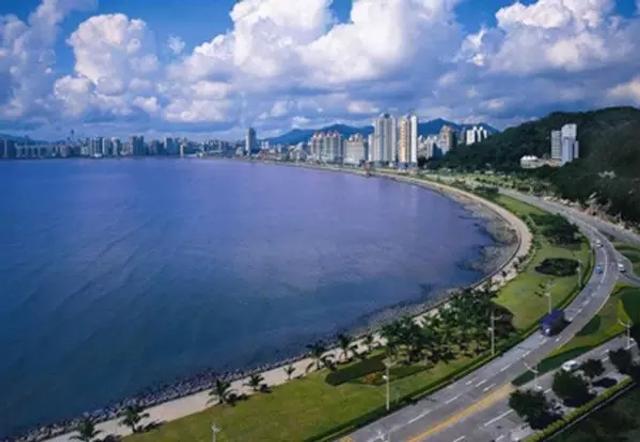 """2018刚开始,网上流传中国""""最适合养老居住""""前二十个城市榜单我们先来看看前10名的城市:第十名 珠海,这座浪漫之城,有一百多个海岛,又被称作""""百岛之市""""。这里自然环境优美,气候宜人,呆在这里很舒适。万头攒动的娱乐广场,浪漫的休闲海滩,欧式的午夜酒吧…夜生活很丰富。"""