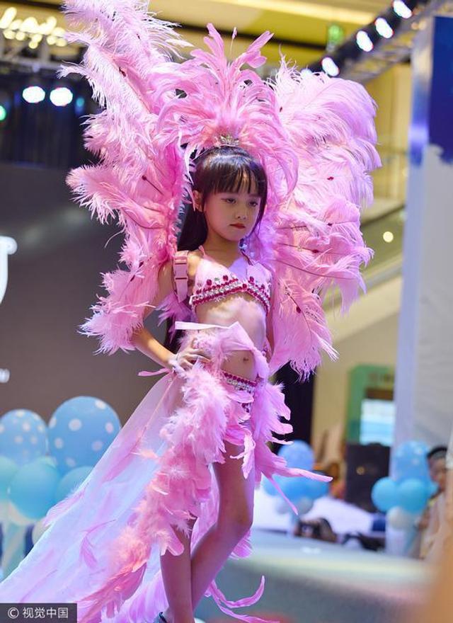 外媒称,中国一家商场举办模特秀,女孩们身穿单薄的内衣裤就上了台,结果遭到网友诟病。