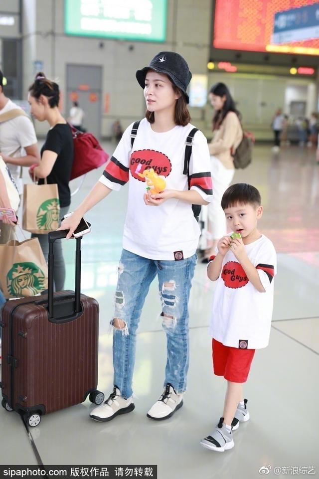 今日,邓莎带大麟子身穿亲子装现身机场。大麟子手拿零食如获珍宝,全程专心致志吃不停,不时地对着镜头憨笑搞怪,可爱十足。