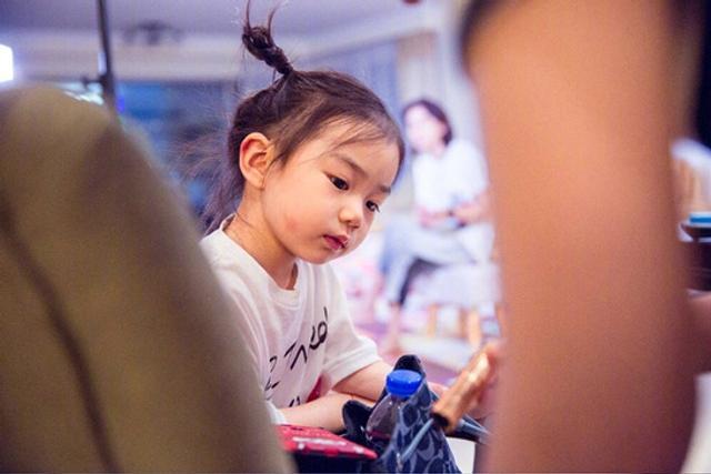 戚薇李承铉女儿Lucky大名叫李乐褀,简直是Mini版戚薇,还说长大要做化妆品~