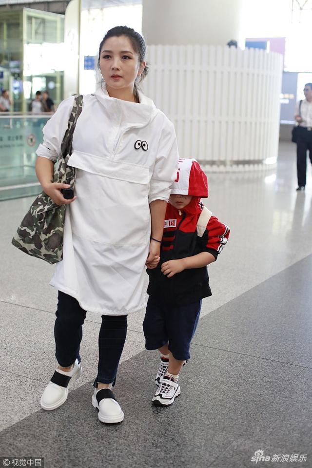 日前,何洁带着儿子七宝现身北京首都机场。何洁一身宽松白衣清爽亮相,儿子七宝脸上露出一道疤痕,他拉低帽檐狂躲镜头,一路上拉手妈妈,似撒娇求抱抱。