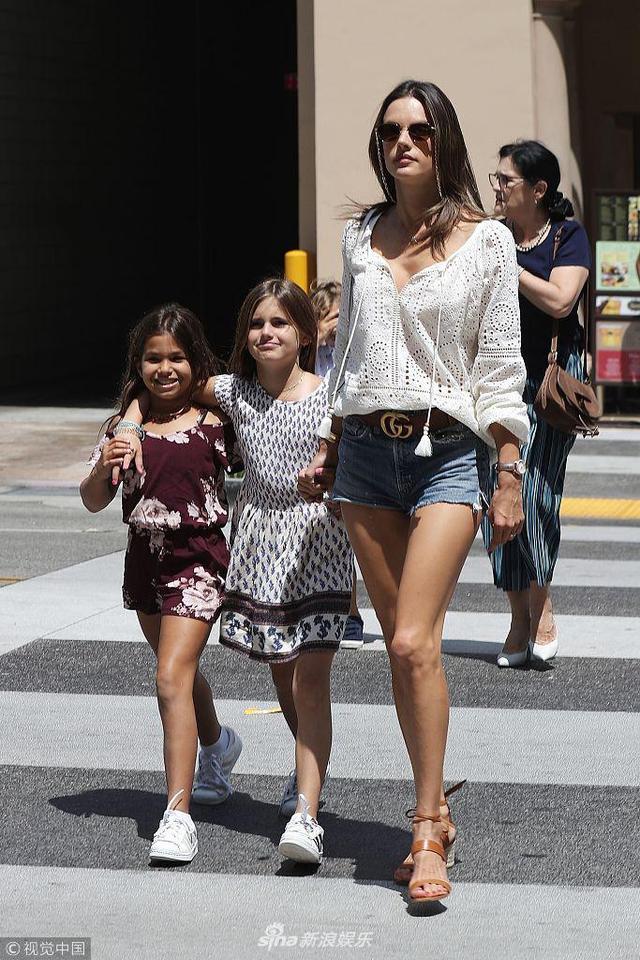 当地时间2018年8月24日,美国比弗利山庄,亚历山大·安布罗休带女儿出街吃午餐,为女儿庆祝10岁生日,她身穿热裤秀逆天长腿,和长腿女儿同行养眼十足。