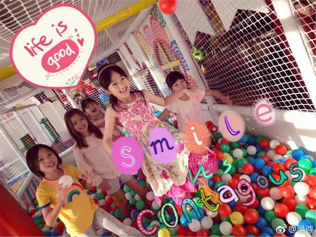 10月10日是吴尊的生日,生日会上全家出镜,妻子美丽大方,NeiNei和Max开心收礼物,一家人温馨快乐。