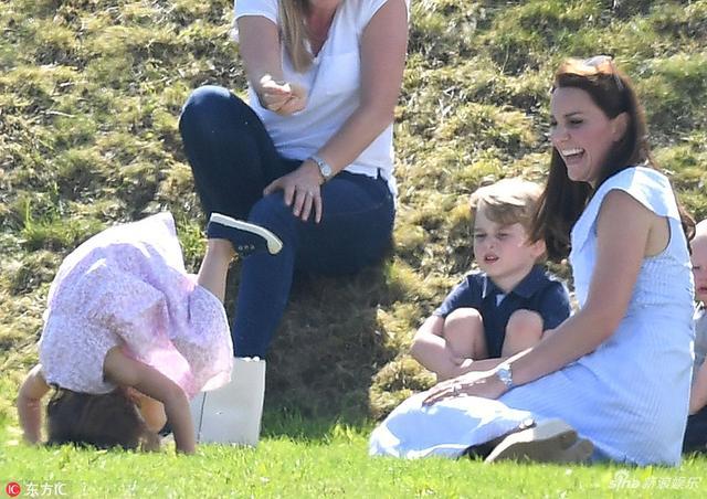 当地时间2018年6月10日,英国格罗斯特郡,凯特王妃带乔治小王子和夏洛特小公主观看威廉王子参加的慈善马球赛,乔治小王子和夏洛特小公主在草地玩耍,各种自我放飞。
