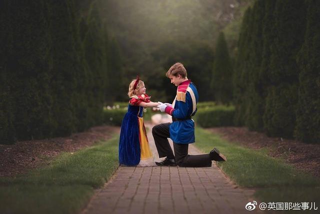 5岁的妹妹喜欢白雪公主……为了哄她开心,13岁的哥哥拜托妈妈买来王子装,陪妹妹拍了这么一组合照……甜得牙都掉了。
