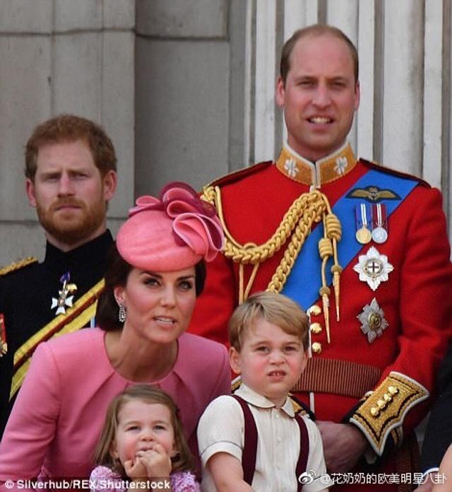 当地时间2017年6月17日,英国王室一起参加英国皇家军队阅兵仪式,凯特王妃身穿粉色套装娇美动人笑靥如花,怀抱可爱激萌的夏洛特小公主,而乔治小王子则穿着背带裤帅气十足。