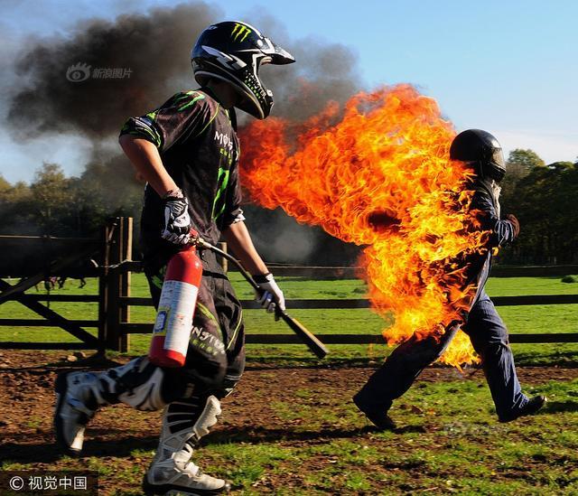 2010年10月26日,英国巴恩斯利,对来自英国南约克郡的Stannage一家来说,这似乎已习以为常。Stannage家的三位成员却都对任何特技表演情有独钟,而全身着火的特技技艺更是令他们着迷。