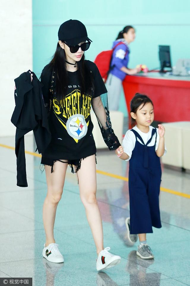 """2017年8月9日讯,北京,日前,李小璐带女儿甜馨现身机场。当天甜馨戴着可爱的墨镜,走路姿势似小大人,牵着大人的手玩""""跳高""""超级萌, 李小璐变""""女儿奴"""",全程守护。"""