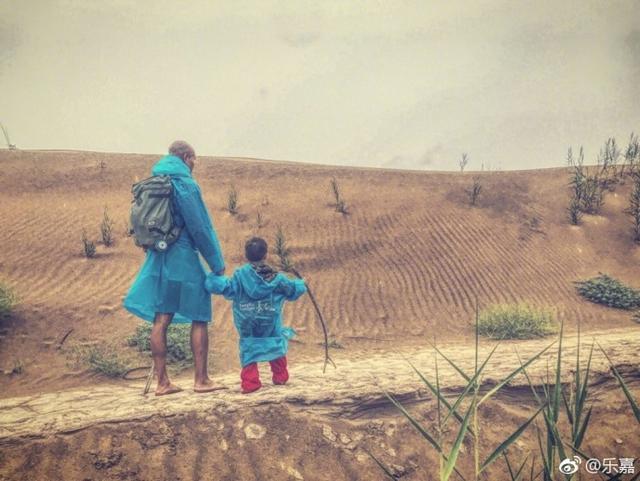 """8月10日,乐嘉晒出他带4岁女儿沙漠徒步的照片,配文""""两个流浪的人(带着女儿四天徒步沙漠,辛苦已逝,美妙长存)。"""