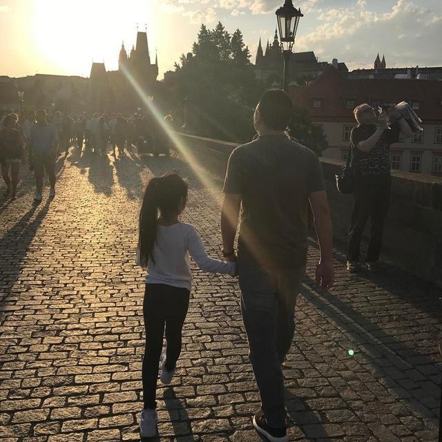 黄有龙牵着女儿小四月的手在布拉格查理大桥漫