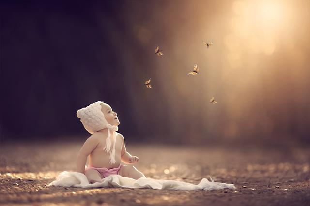 这是一组来自美国摄影师Rhiannon Logsdon的童话摄影作品。这些作品的灵感大部分都来自于孩子,他们向Rhiannon讲述自己的幻想和愿望,而Rhiannon要做的,就是通过他们的描述将这些梦想实现出来。
