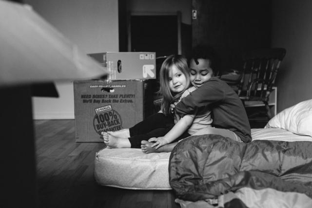 美国摄影师Anna Christine用温情的黑白影像记录领养自衣索比亚的Semenesh与亲生女儿Haven的生活成长。