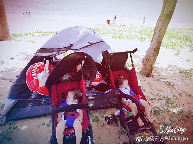 """近日,杨云携双胞胎女儿去三亚度假,并晒出女儿萌照,配文:""""西瓜小姐妹。"""""""