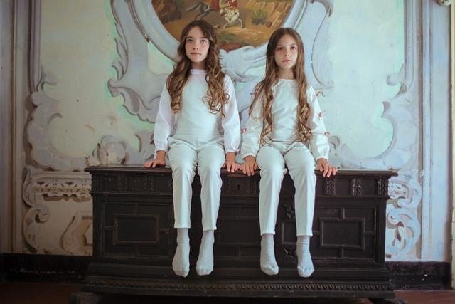 来自西班牙的时尚摄影师Xenia Lau通常只拍摄视觉夺目的商业大片,而这一次,他却为这些小天使们拍摄了这组精致的作品。天真而稚嫩的小姑娘们,在摄影师的镜头下,显得优雅而气质十足,但又从不失孩子们特有的童趣。
