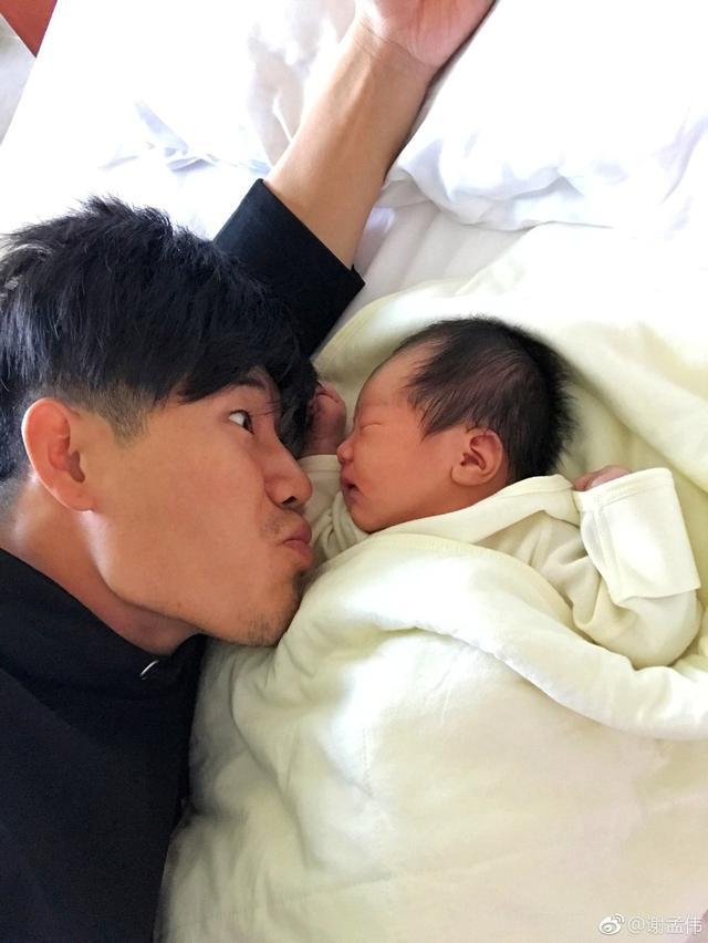 """10月12日上午,嘎子谢孟伟在微博晒出儿子的照片公布当爹喜讯,并配文""""大家好,给大家介绍一下,这是我儿子@ """"中国小硬汉""""""""。嘎子一年内把娇妻娶了,儿子也生了,真是人生赢家啊!"""