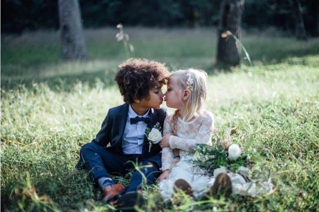 美国两位摄影师,Bria 和 Breana,为他们各自的孩子,3岁的 Ella 和 5 岁的 Sullivan 拍摄了一组「结婚照」,两个小朋友本来也是很要好的朋友。看着挺美好的,但是却遭来了滚滚骂声,网民们指责摄影师不能将自己的幻想强加在孩子身上。