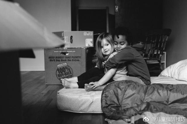美国摄影师Anna Christine用温情的黑白影像,记录领养自衣索比亚的Semenesh与亲生女儿Haven的生活成长,虽然是黑白照,却也充满温情。