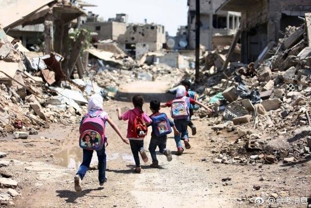 据美国《大西洋月刊》,叙利亚六年多的冲突将大马士革周边的大部分地区都变成了废墟,这儿的一切几乎都被摧毁。成千上万的家庭还生活在这些被围困的城镇或附近的难民营里,但他们仍然尽力给孩子们提供学习的机会。