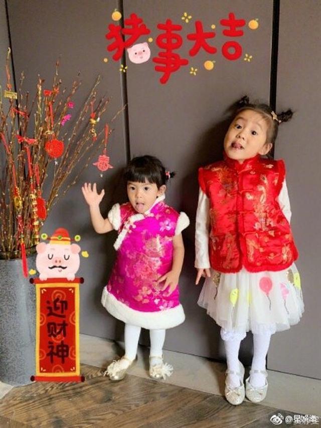 贾静雯和修杰楷婚后陆续生下咘咘、BO妞,大年初一,两个女儿特地穿上应景的棉袄姐妹装向大家拜年,可爱模样融化众网友。