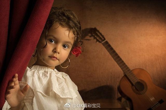 澳洲摄影师爸爸 Bill Gekas 拍摄自已5岁的可爱女儿,他以18世纪中叶的经典画作为灵感,用摄影复刻出油画作品。很美的古典意境。