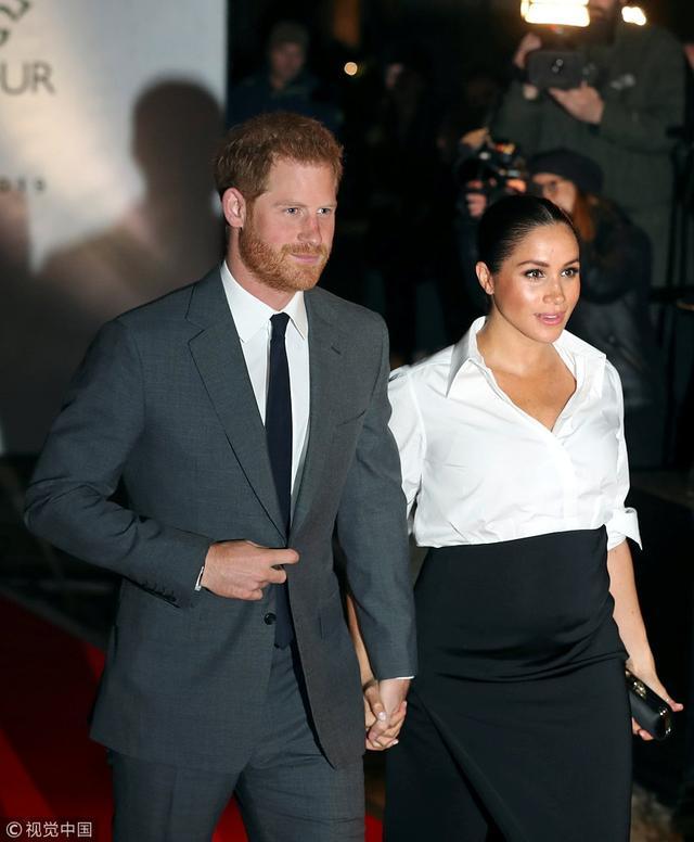 当地时间2019年2月7日,英国伦敦,英国哈里王子(Prince Harry)与梅根王妃(Meghan Markle)共同出席Endeavour Fund Awards颁奖仪式。梅根王妃一身优雅的黑白配,挺着如球孕肚仍坚持穿高跟鞋,获哈里王子一路恩爱牵手,实力护妻。