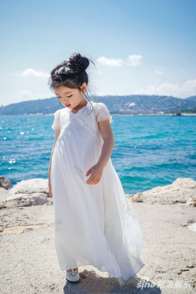 日前,阿拉蕾崔雅涵现身第71届戛纳电影节,身穿白色连衣裙,于海边漫步宛如童话公主般可爱灵动。