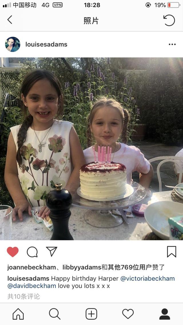 7月10日是贝克汉姆爱女小七生日,当天生日阵仗十分浩大,贝克汉姆与爱妻分别在社交媒体刷屏表白爱女,V妈更是感叹岁月如梭。当天小七获赠一匹拥有粉色纹身的小马作为生日礼物。